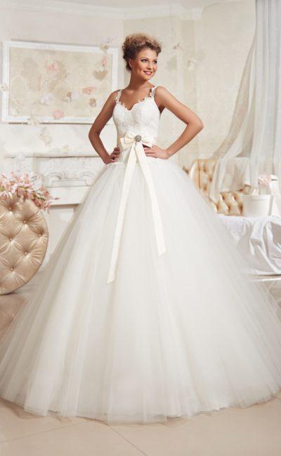 Пышное свадебное платье с кружевным корсетом, фигурными бретелями и объемным шлейфом.