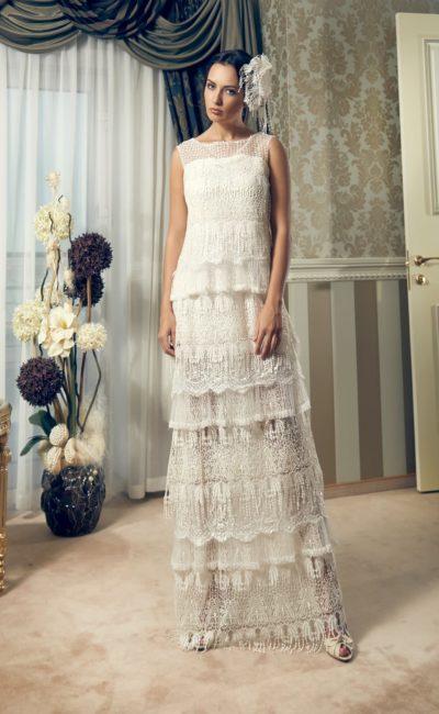 Драматичное свадебное платье прямого кроя, покрытое горизонтальными оборками.