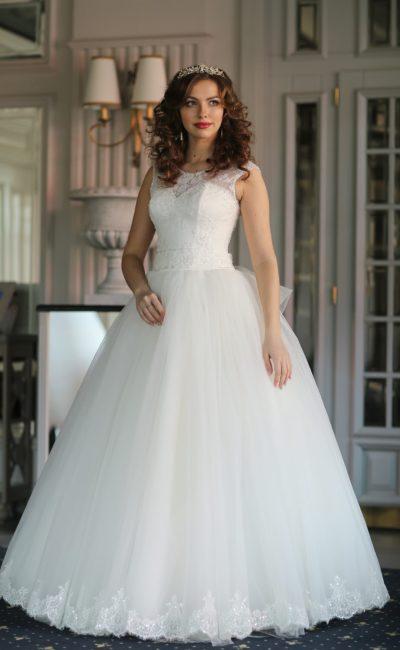 Закрытое свадебное платье пышного кроя с широким поясом и открытой спинкой.