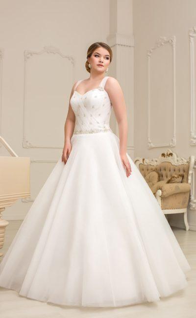 Пышное свадебное платье с элегантным лифом, дополненным бретелями и бисерной вышивкой.