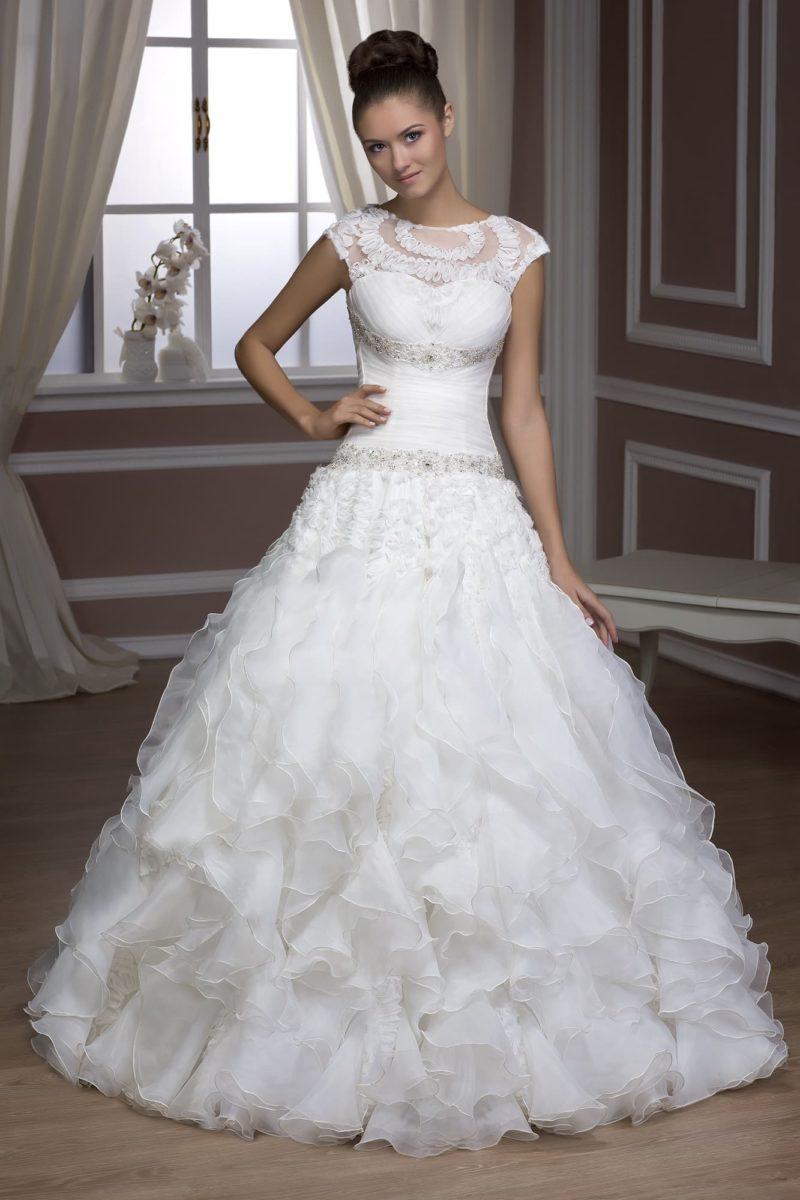 Свадебное платье с открытой спинкой, декором из тесьмы по лифу и многослойной юбкой.