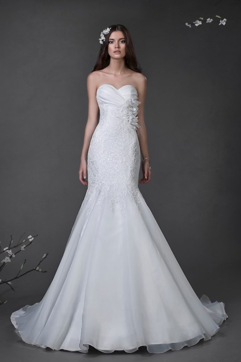 Свадебное платье «русалка» с лифом в форме сердца, кружевом по корсету и многослойным подолом.