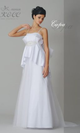 Прямое свадебное платье с объемной баской и лифом, дополненным узкими бретельками.