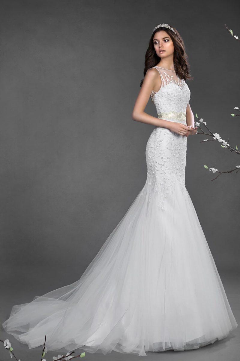 Свадебное платье «рыбка» с полупрозрачной вставкой над лифом, украшенной кружевной тканью.