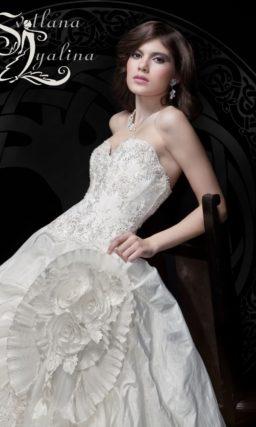 Фактурное свадебное платье с открытым корсетом, покрытым вышивкой.