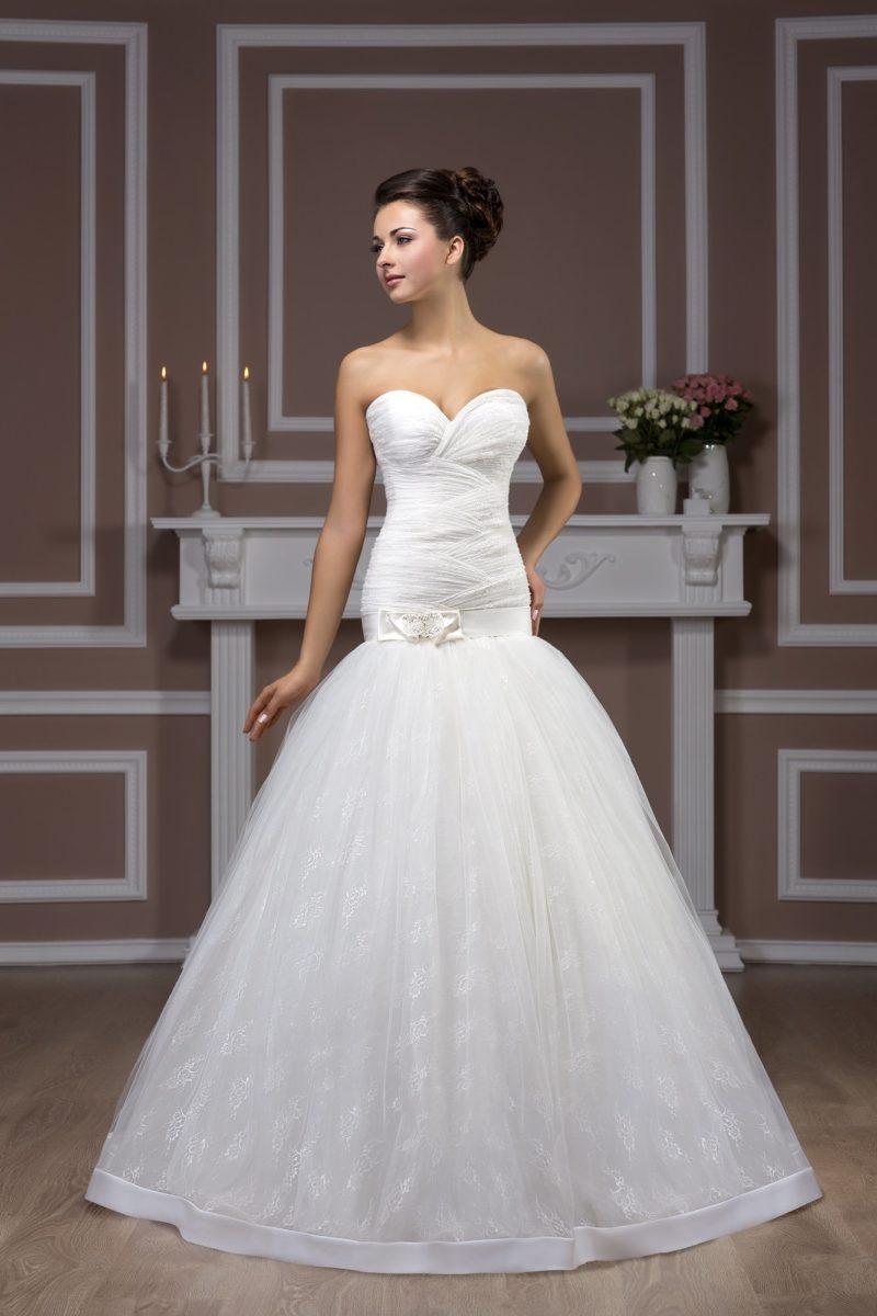 Элегантное свадебное платье с многослойной пышной юбкой, заниженной талией и открытым лифом.