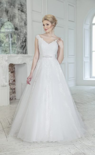 Стильное свадебное платье с широким атласным поясом и юбкой «трапеция», украшенной кружевом.