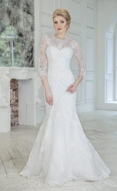 Свадебное платье «русалка» с рукавами в три четверти и небольшим вырезом на спинке.