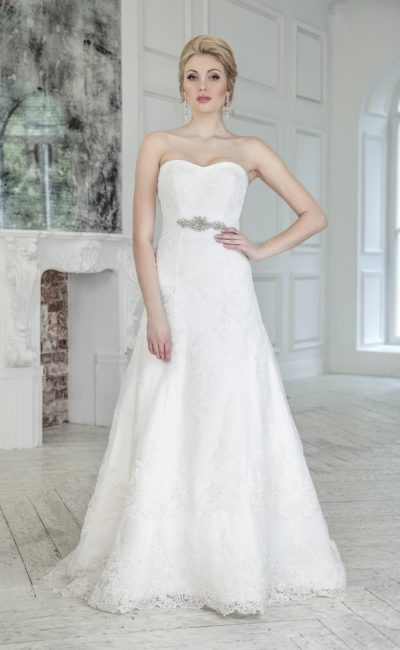 Свадебное платье с открытым лифом и элегантной кружевной юбкой силуэта «трапеция».