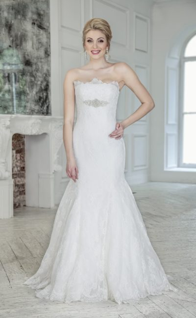 Свадебное платье «рыбка» с бисерной вышивкой и кружевной отделкой по всей длине.