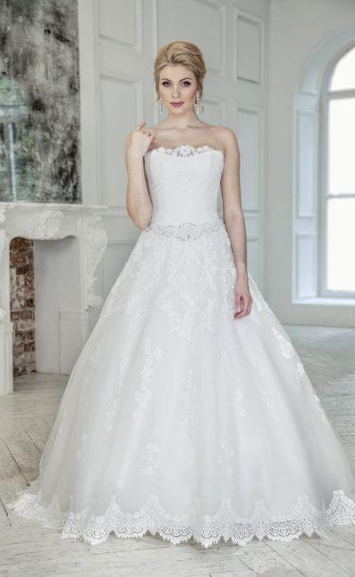 Свадебное платье с открытым лифом и воздушной юбкой, декорированной кружевными аппликациями.