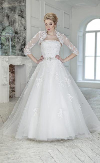 Свадебное платье пышного кроя с полупрозрачным болеро и сверкающей отделкой на талии.