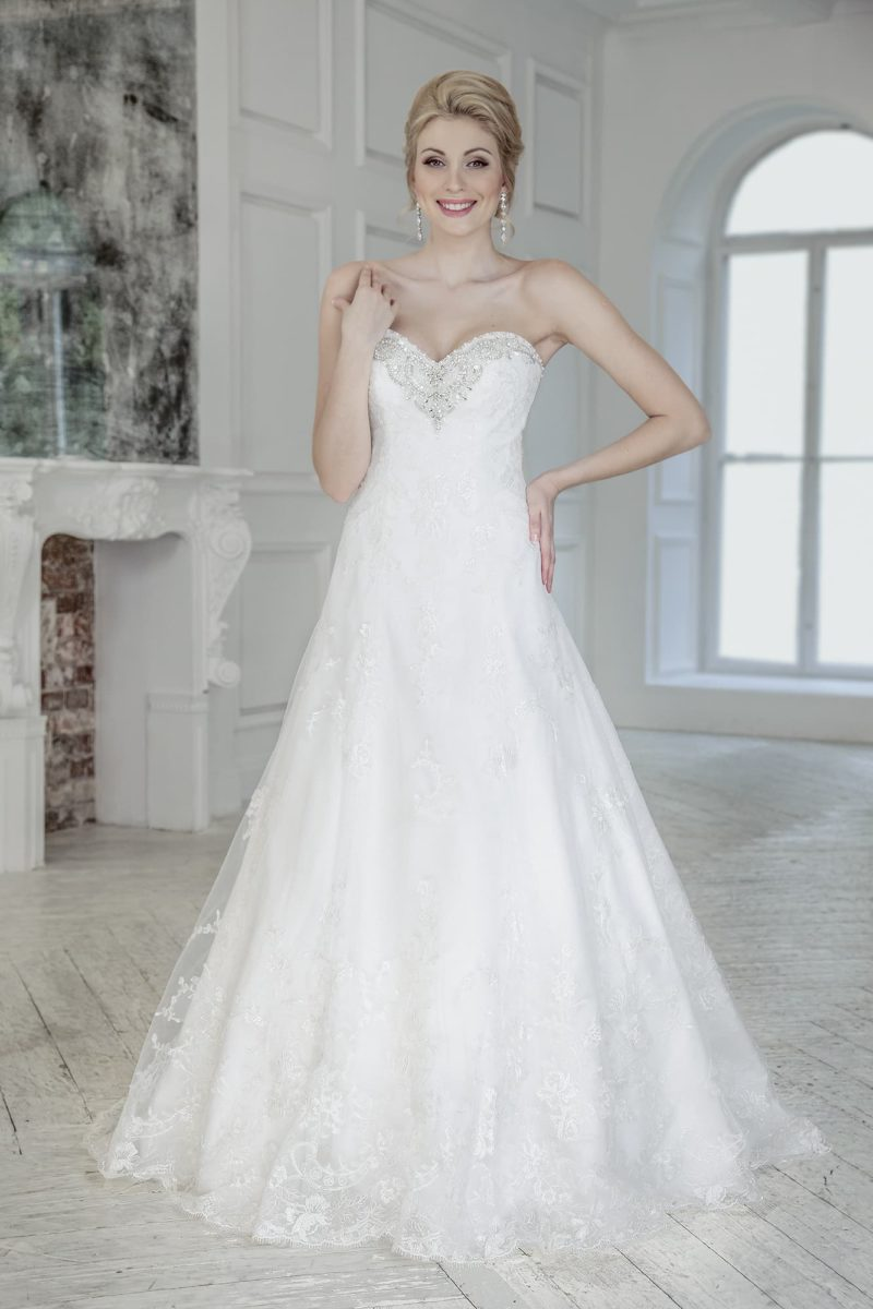 Свадебное платье с открытым лифом-сердечком и многослойной юбкой кроя «трапеция».
