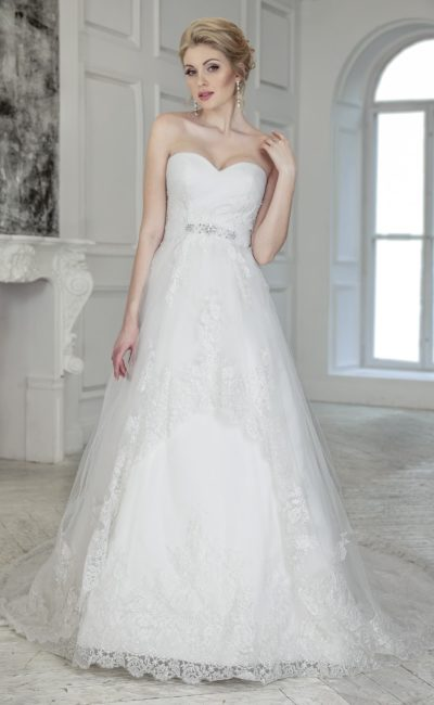 Роскошное свадебное платье «принцесса» с кружевным декором и длинным шлейфом.