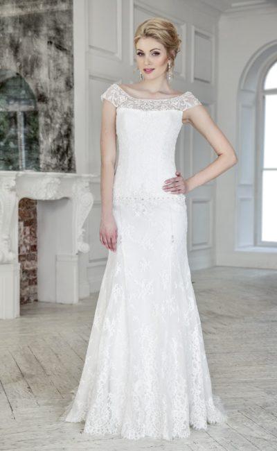 Свадебное платье элегантного прямого кроя с кружевным декором и вырезом на спинке.