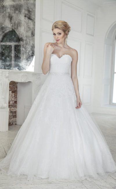Торжественное свадебное платье со сверкающим поясом и многослойной воздушной юбкой.