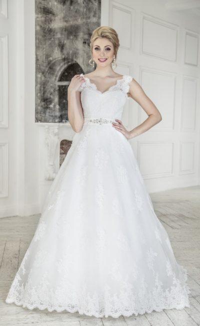Нежное свадебное платье с кружевной отделкой и широким поясом из атласа.