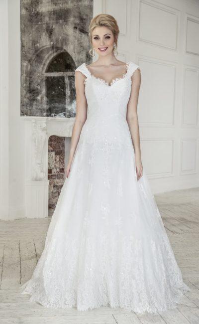 Свадебное платье с округлым вырезом на спинке и кружевной отделкой низа подола.
