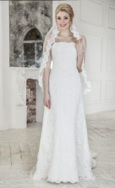 Прямое свадебное платье с лаконичным открытым лифом и длинным шлейфом сзади.