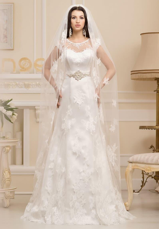Атласное свадебное платье «принцесса» с кружевной отделкой поверх и широким сияющим поясом.