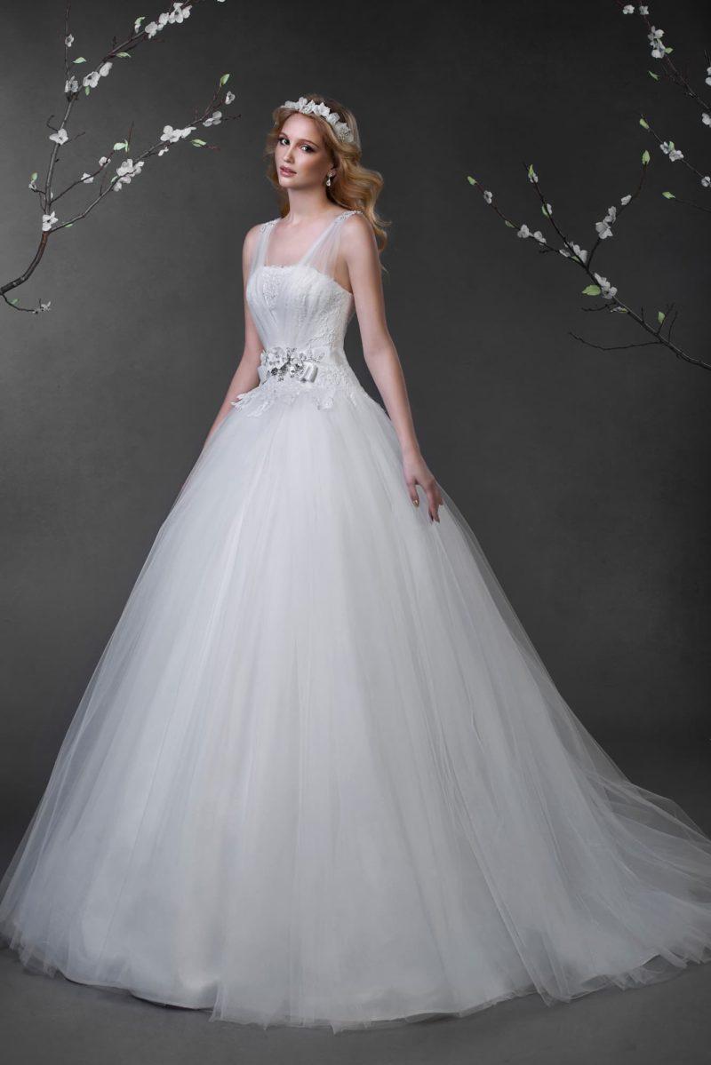 Стильное свадебное платье пышного кроя с полупрозрачными бретелями и бутонами на талии.