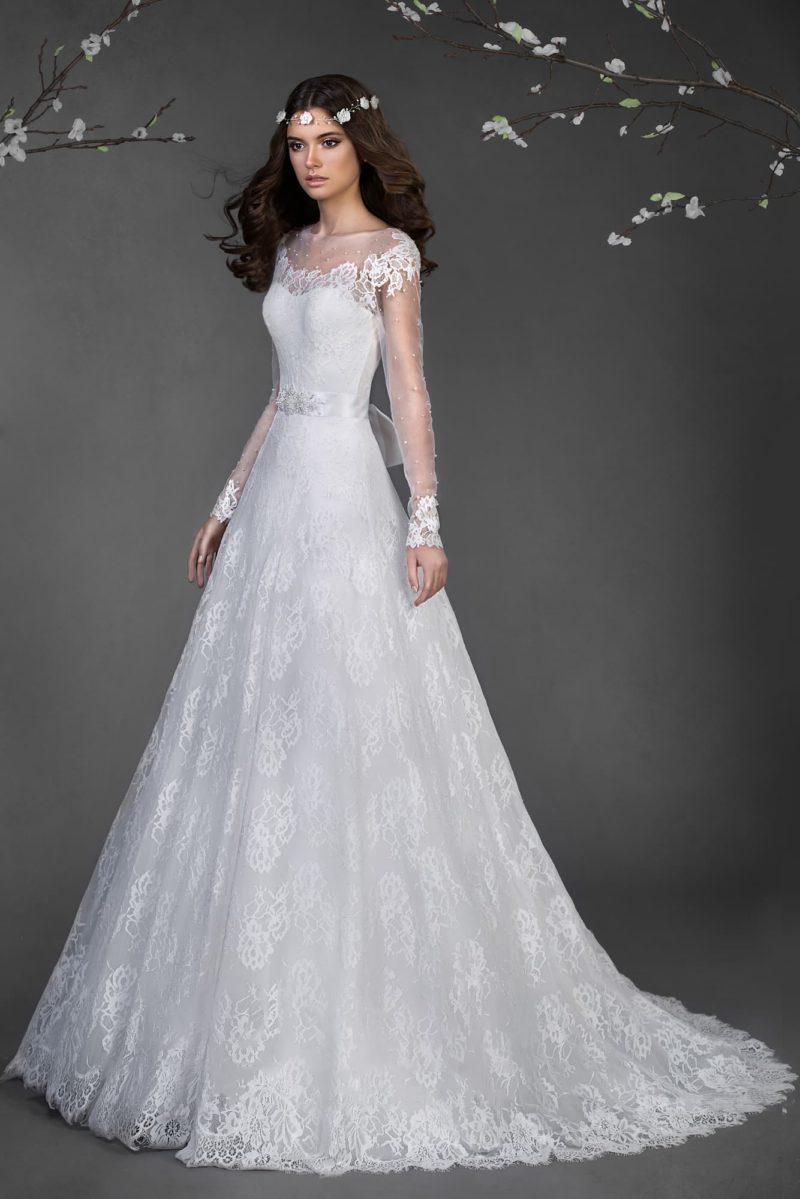 Закрытое свадебное платье с юбкой силуэта «трапеция» и глубоким декольте на спинке.