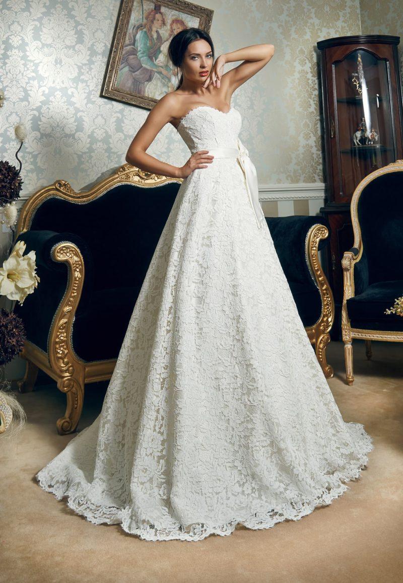 Кружевное свадебное платье «принцесса» с фигурным лифом и широким поясом с бантом.
