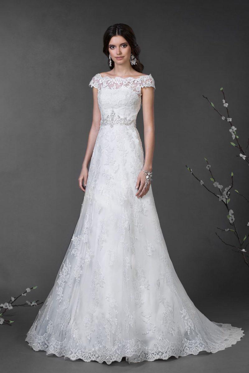 Кружевное свадебное платье «принцесса» с высоким вырезом и короткими фигурными рукавами.