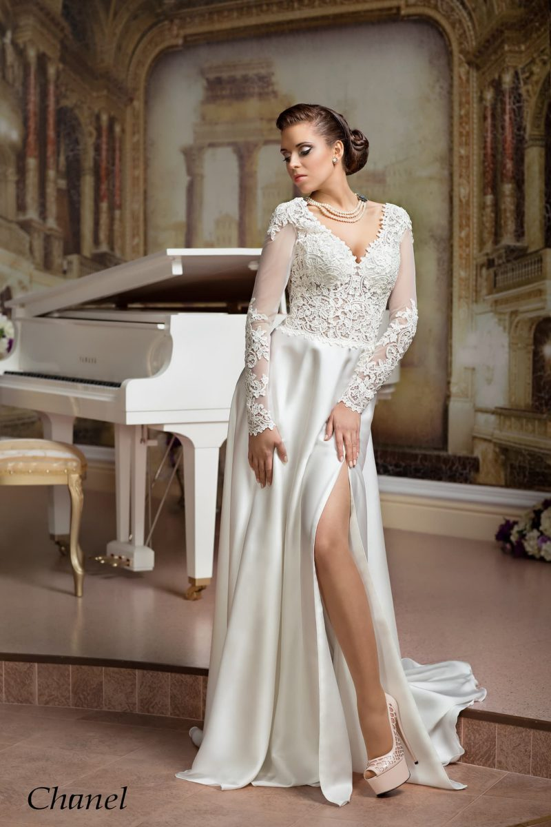 Чувственное свадебное платье с разрезом по подолу и отделкой из плотного кружева по верху.