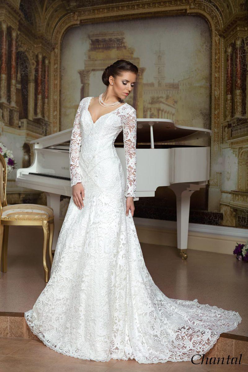 Свадебное платье «принцесса» с глубоким V-образным вырезом и длинным кружевным рукавом.