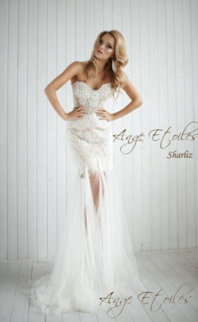 Короткое свадебное платье-футляр с лифом сердечком и прозрачной верхней юбкой.