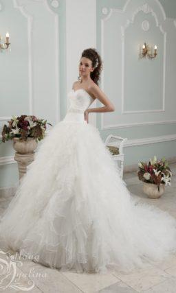 Открытое свадебное платье с лифом в форме сердца и невероятно пышной юбкой.