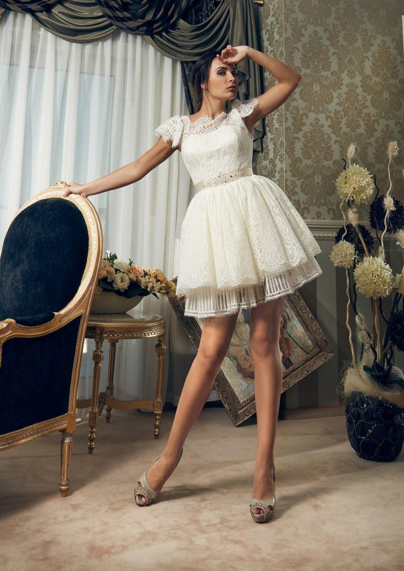 Эксцентричное свадебное платье с короткой юбкой и объемными кружевными рукавами.