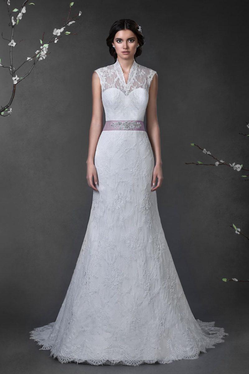 Закрытое свадебное платье «рыбка» с открытой стильным вырезом спинкой и цветным поясом.