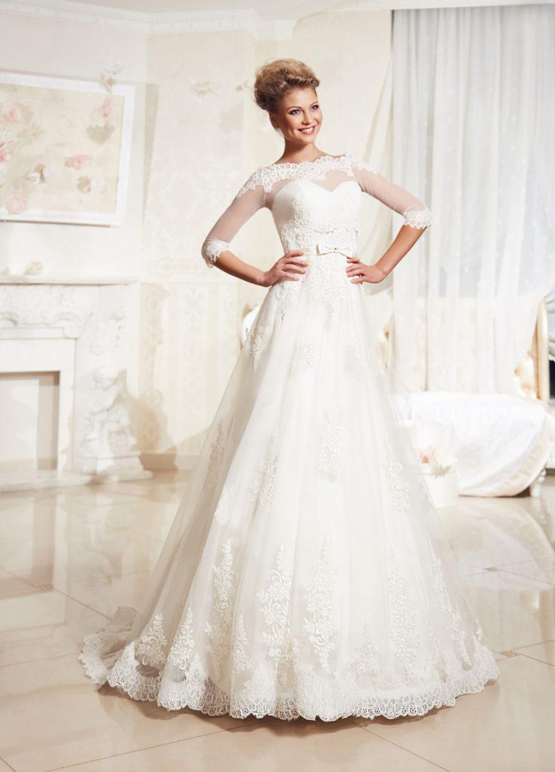 Свадебное платье А-силуэта с полупрозрачным болеро с длинным рукавом и кружевным шлейфом юбки.