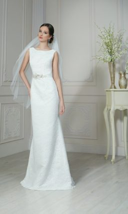 Лаконичное свадебное платье прямого кроя с открытой спинкой и узким сияющим поясом.