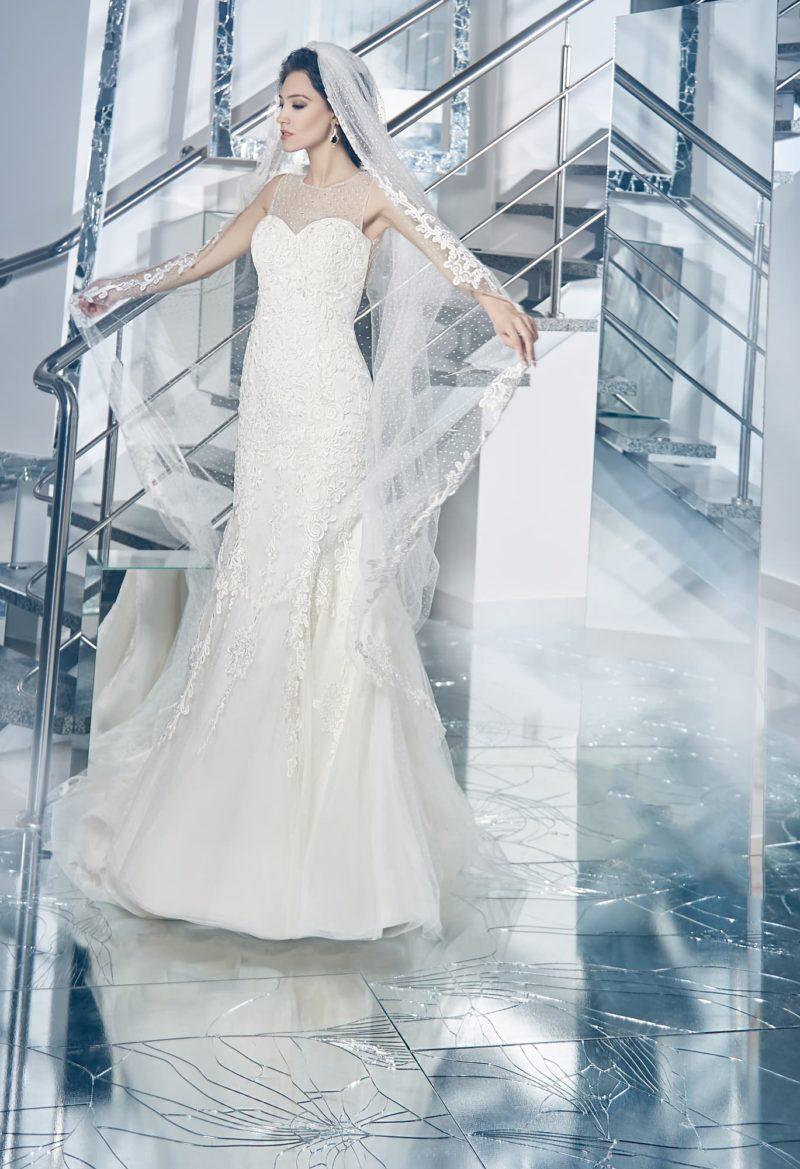 Кружевное свадебное платье силуэта «русалка» с полупрозрачной вставкой над лифом сердечком.