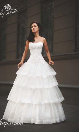 Пышное свадебное платье с многоярусной юбкой.