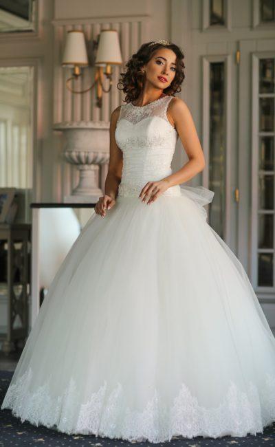 Пышное свадебное платье с нежной кружевной отделкой и вырезом «замочная скважина» на спине.