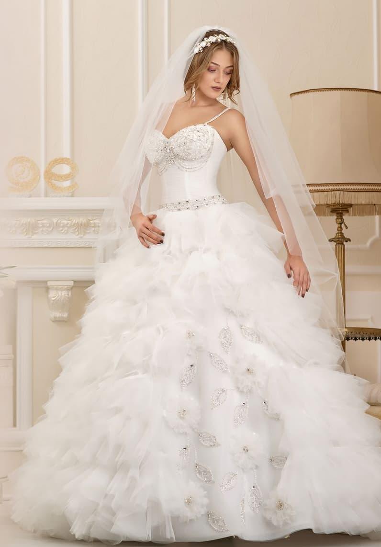 Смелое свадебное платье с объемным полупрозрачным декором по подолу и открытым лифом.