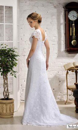 Женственное свадебное платье с кружевным декором и короткими рукавами.