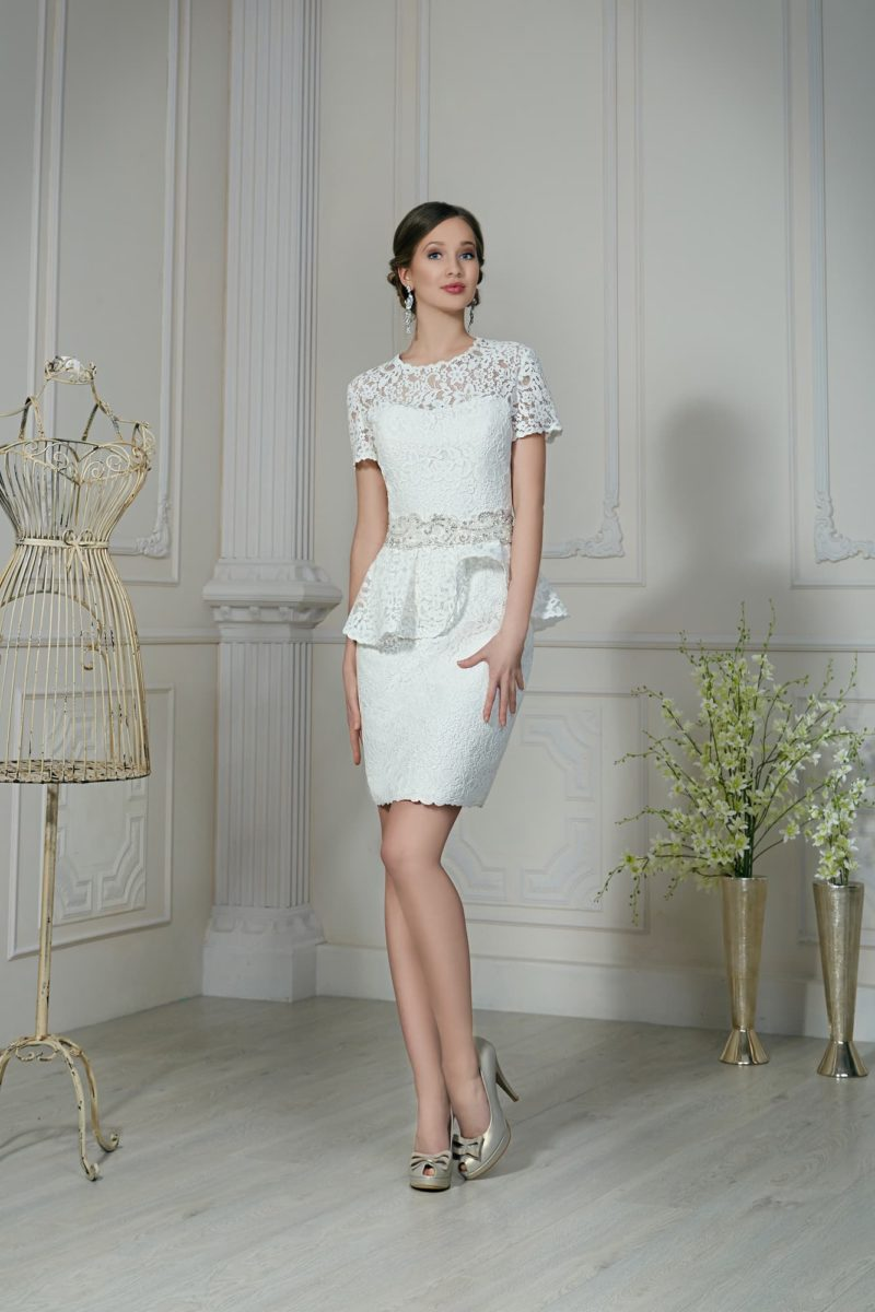Кружевное свадебное платье с пышной баской и стильной юбкой-карандаш.