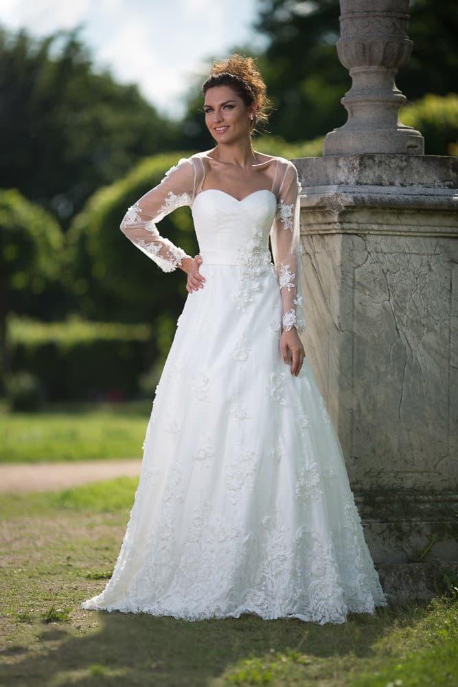 Свадебное платье с лифом в форме сердца, юбкой кроя «трапеция» и романтичным декором.