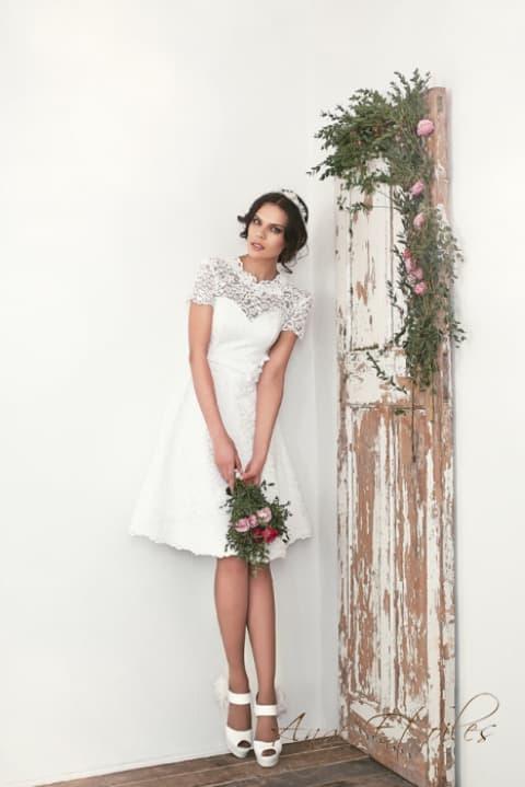 Короткое свадебное платье с юбкой А-силуэта и кружевным верхом.