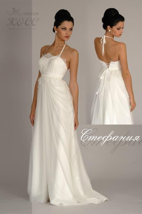Прямое свадебное платье с бретелью «халтер» и коротким шлейфом.
