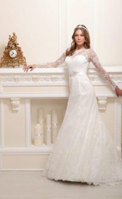Сдержанное свадебное платье с закрытым лифом с кружевными рукавами и широким поясом.