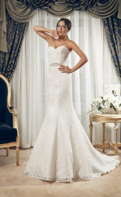 Соблазнительное свадебное платье с лифом в форме сердца, выполненное из фактурной ткани.