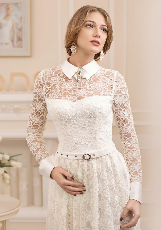 Винтажное свадебное платье прямого кроя с острым воротником и длинными кружевными рукавами.