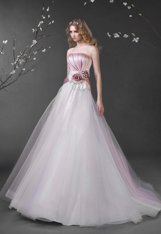 Пышное свадебное платье с атласным розовым корсетом и белой юбкой со шлейфом.