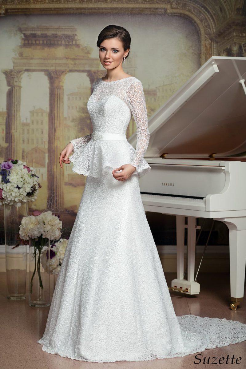 Кружевное свадебное платье «принцесса» с пышной короткой баской и шлейфом сзади.